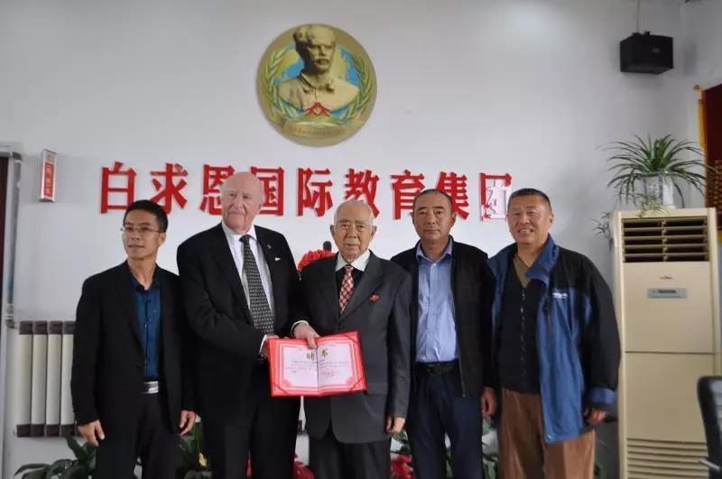加拿大友人格兰特访问石家庄白求恩医学院并受聘为学校客座教授