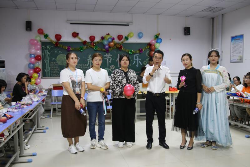 师生共聚首,浓情过中秋 —— 学校师生共度中秋佳节
